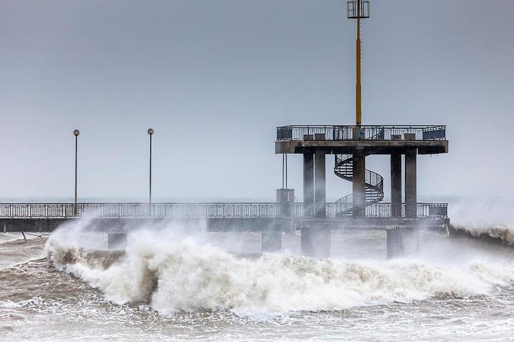 Ураганен вятър и големи вълни