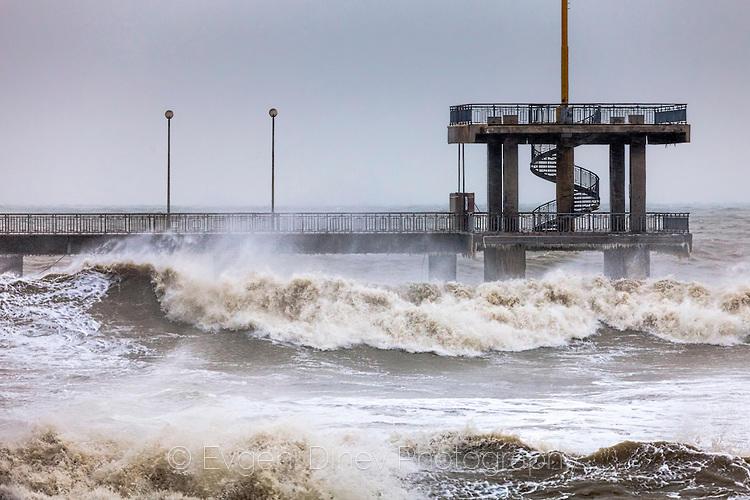 Бурно море прехвърля първата тераса на мостика