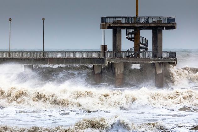 Разрушителни вълни се разбиват в мостика