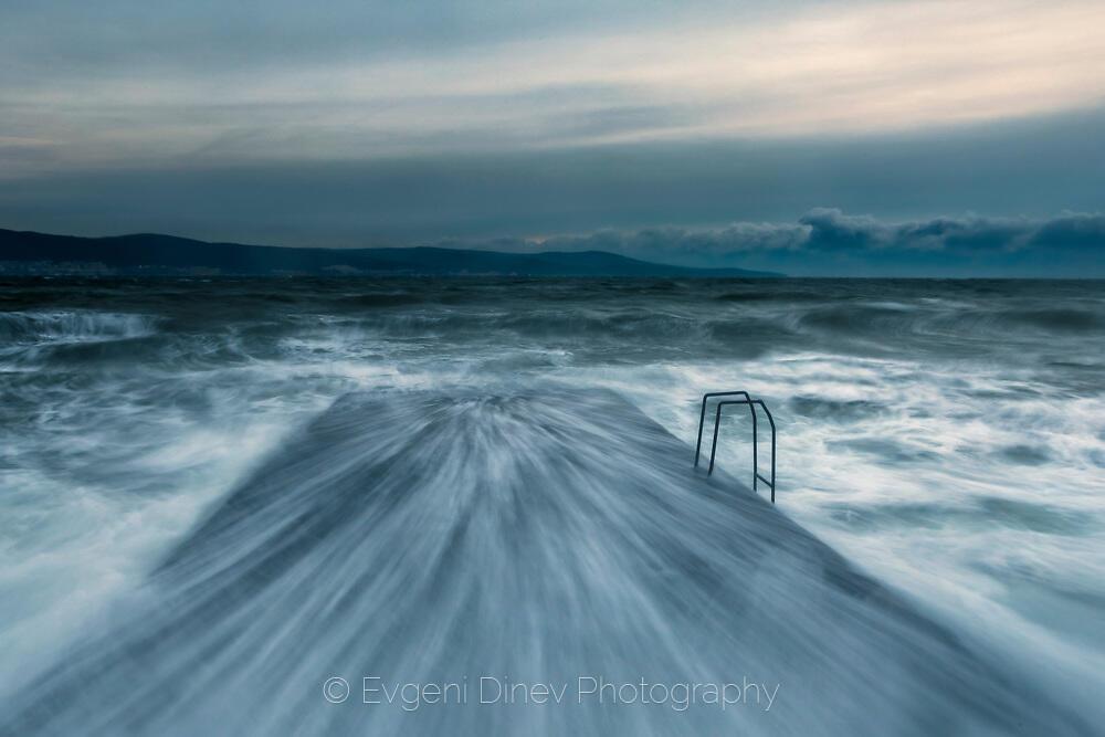 Побесняло море