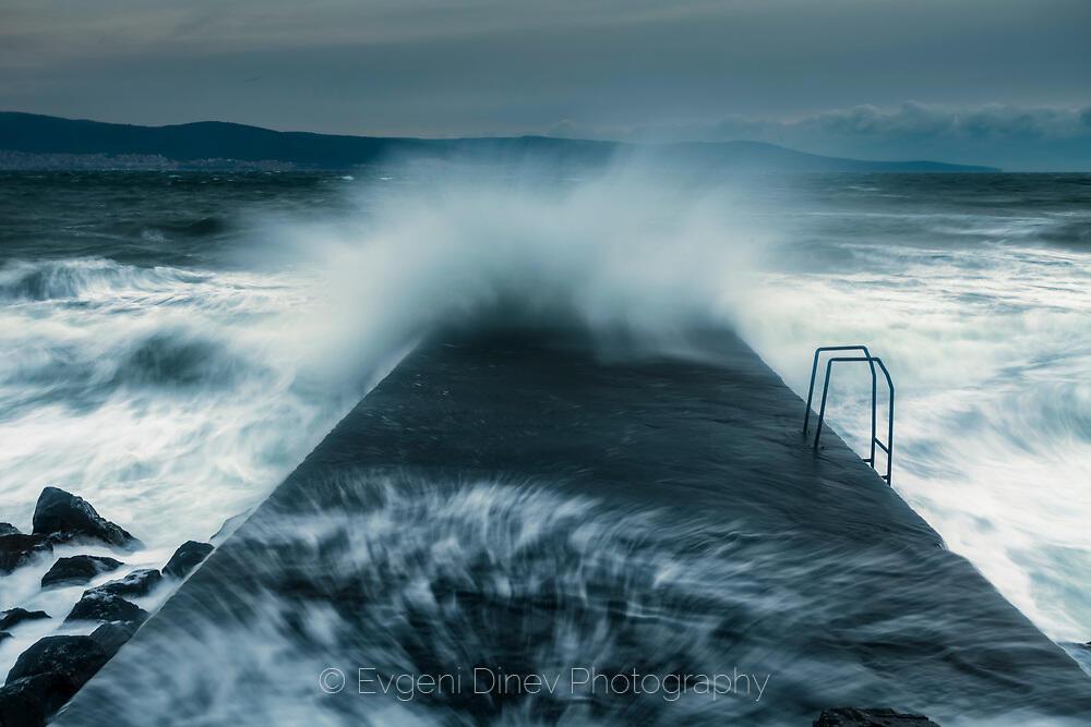 Грамадна вълна се разбива в кей