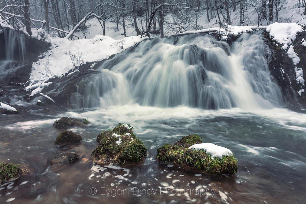 Водопад Докузак през зимата