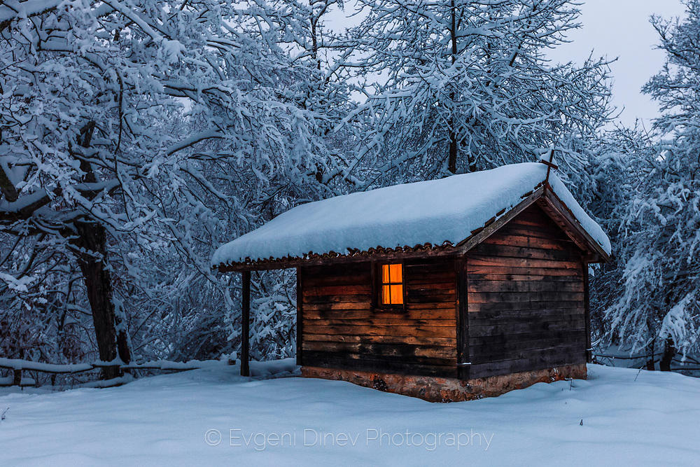 Параклис покрит със сняг
