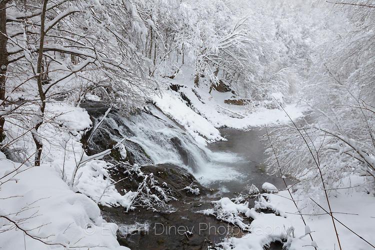 Водопада Докузак през зимата