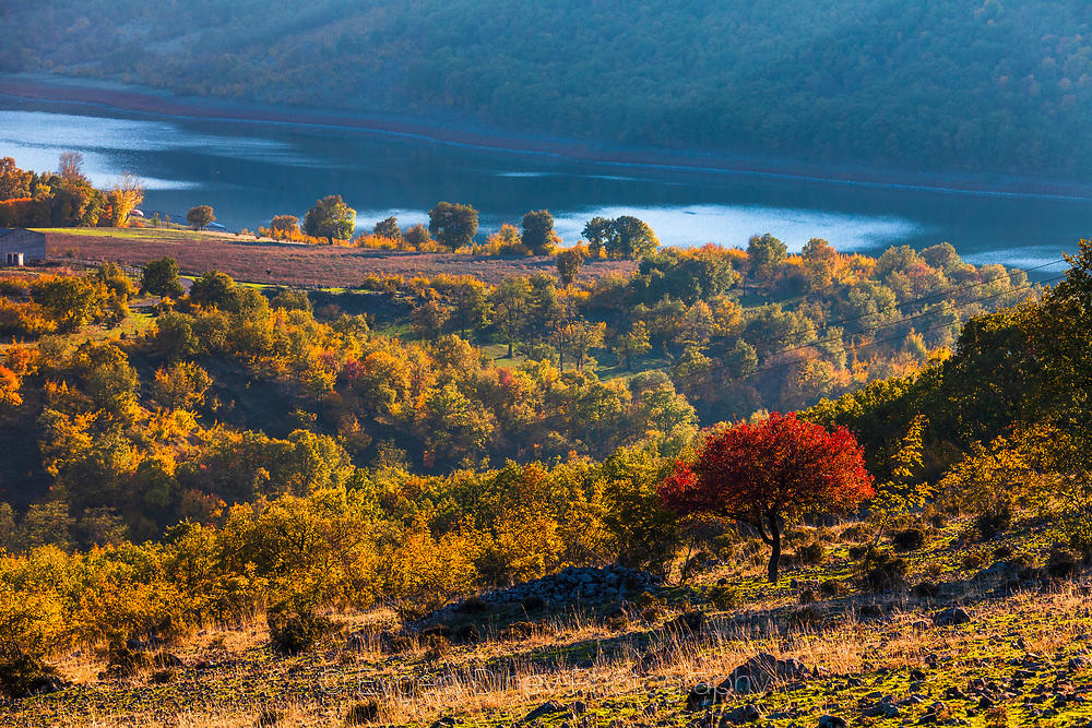 Есенен пейзаж край язовир Студен Кладенец