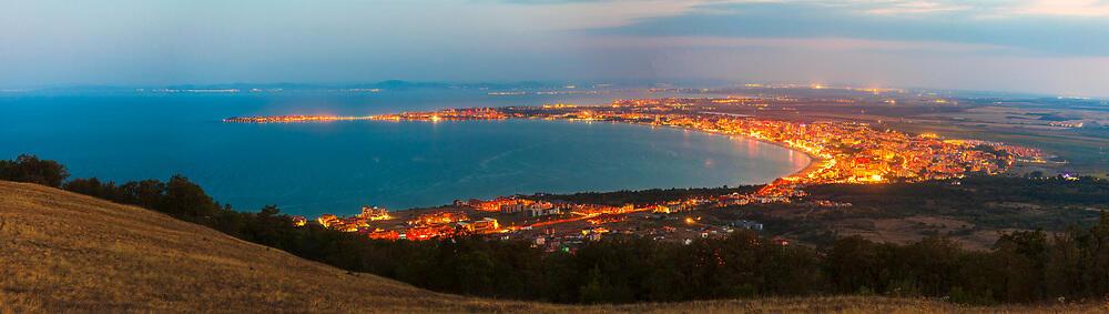Панорама на Несебърския залив нощем