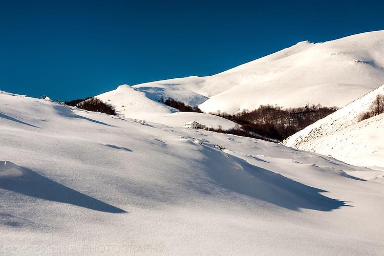 Зимния Балкан край хижа Тъжа