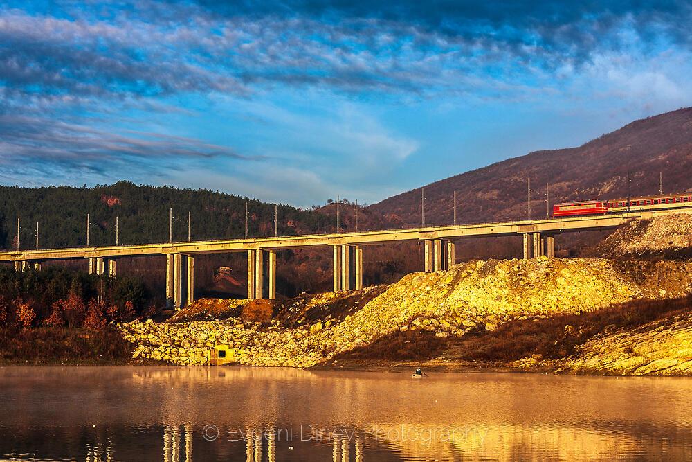 Влак, мост и рибар