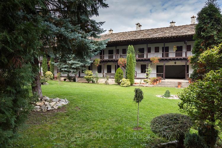 Дворът на Троянски манастир