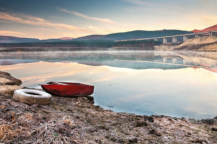 Метална лодка на брега на язовир Цонево, заран