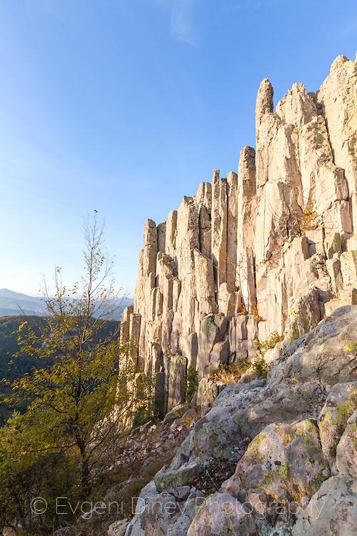 Живописни скали до крепост Устра