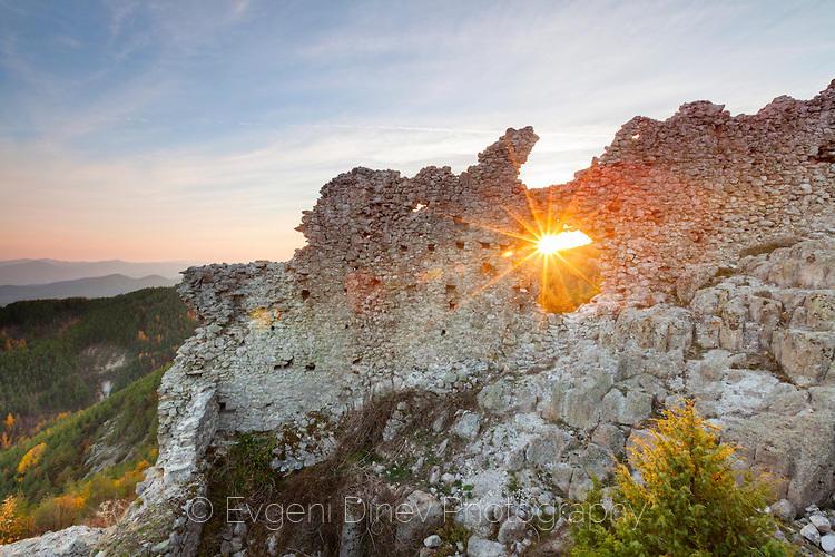 Слънчеви лъчи проблясват в крепостта Устра