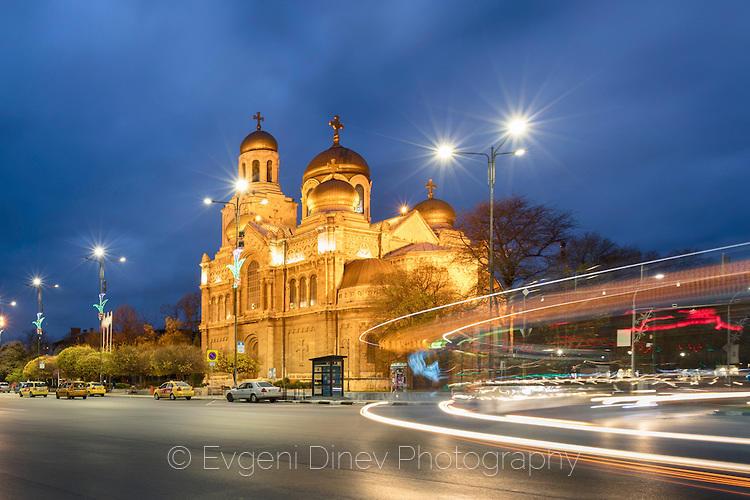 Градски светлини край Варненската катедрала