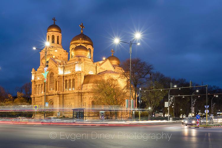 Варненската катедрала нощем
