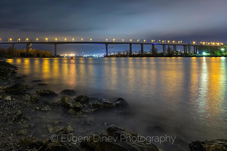 Аспаруховия мост нощем