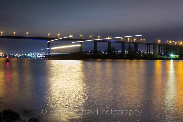 Преминаващ кораб под Аспарухов мост нощем