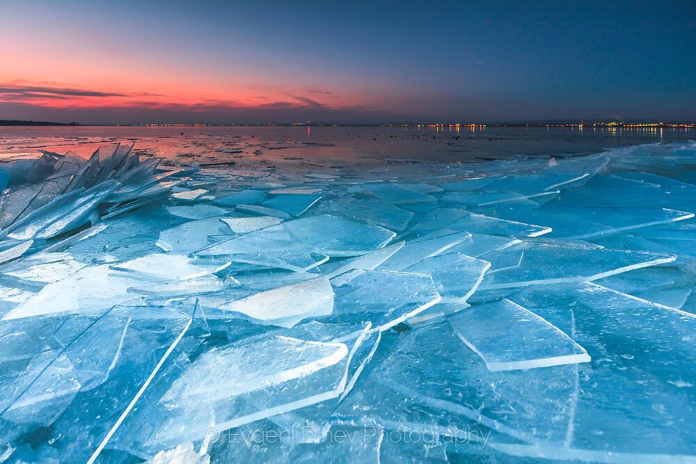 Ледени стъкла край езерото