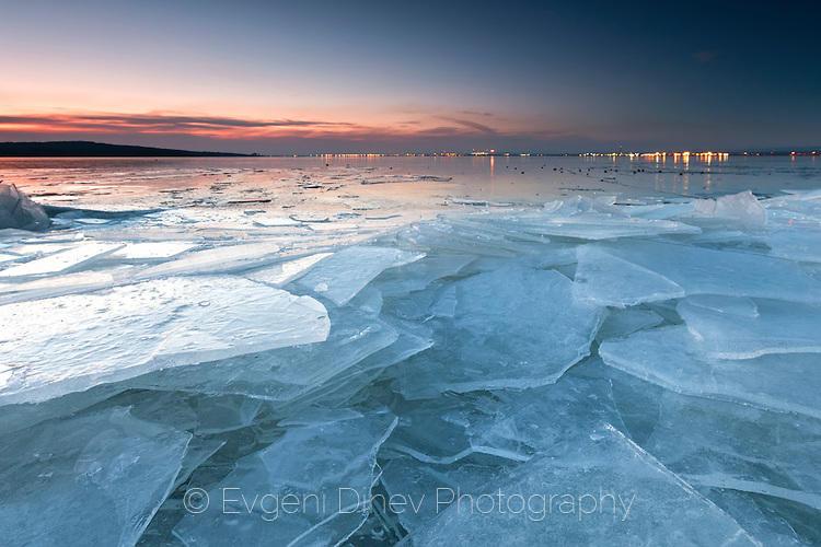 Блокове лед край езеро