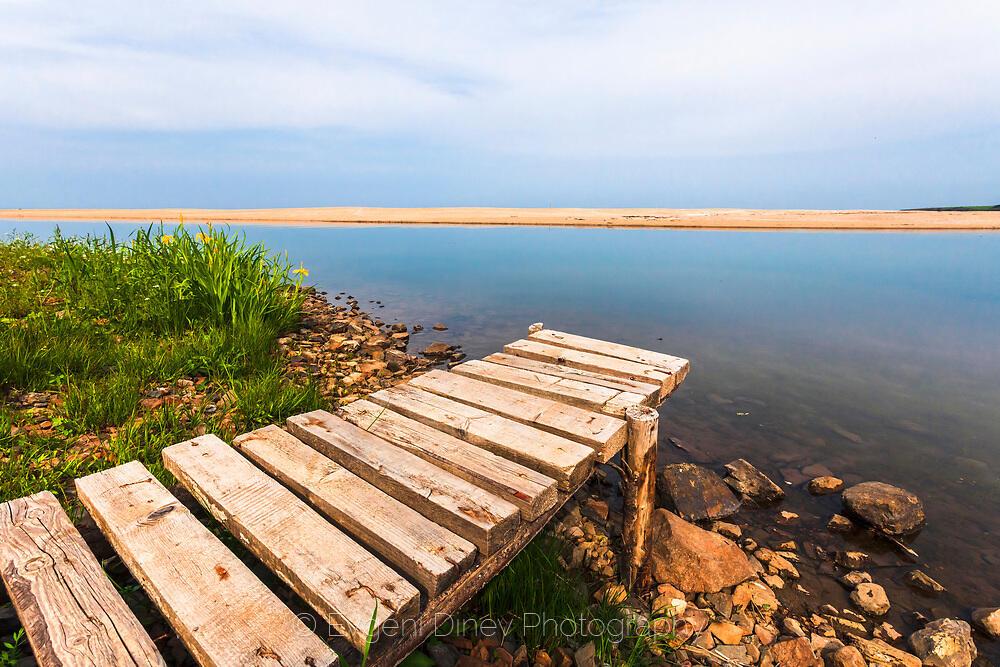 Дървено кейче в реката