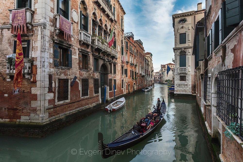 Канал с гондоли в Сан Поло, Венеция
