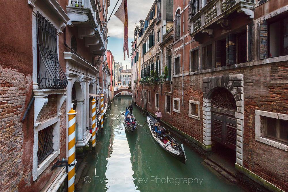 Гондола по един от малките канали във Венеция