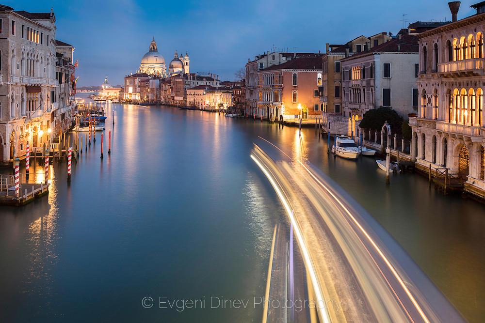 Нощни светлини по Гранд канал във Венеция