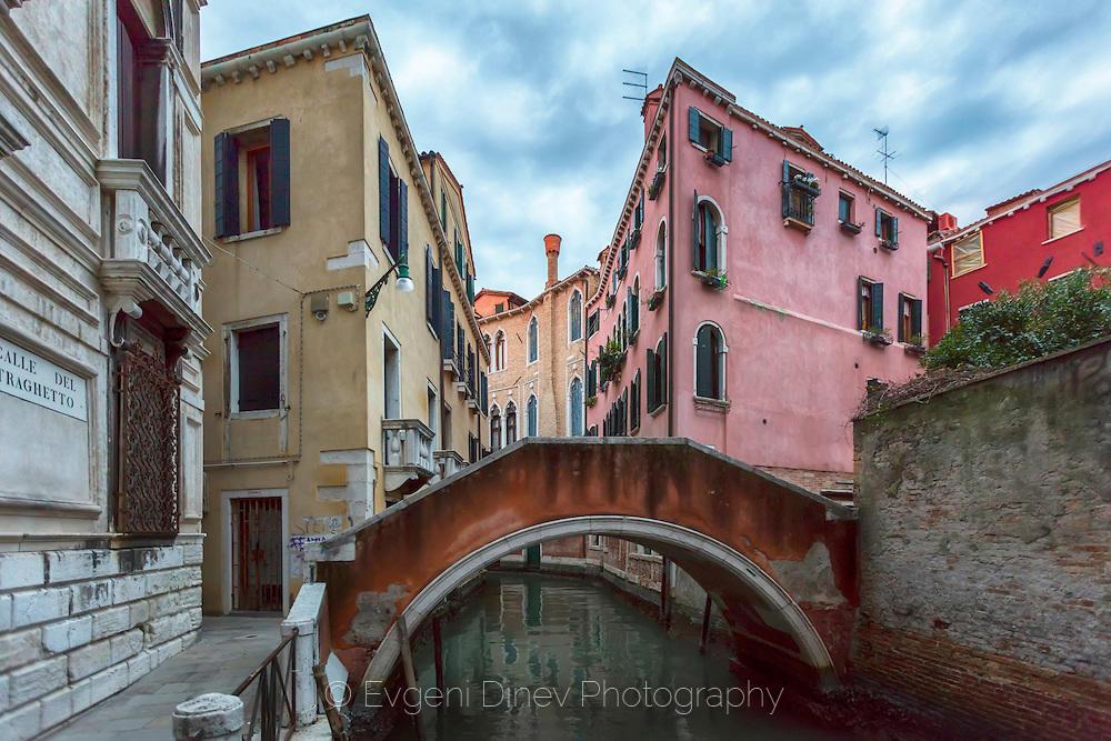 Улица с мост във Венеция