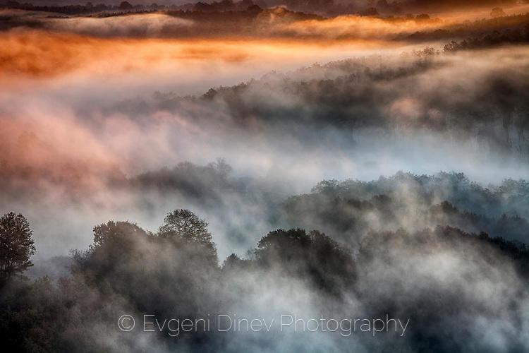 Огнени облаци над каньона на река Вит