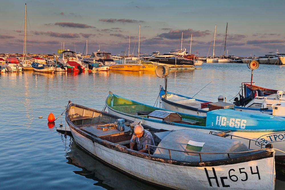 Лодки по залез в пристанището на Свети Влас
