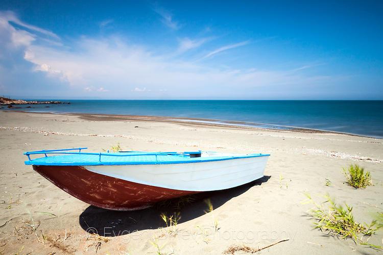Рибарска лодка на плажа