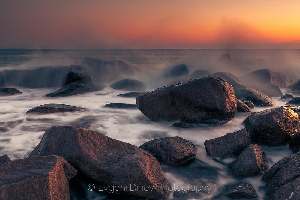 Вълни се разбиват с гръм и трясък в скалите
