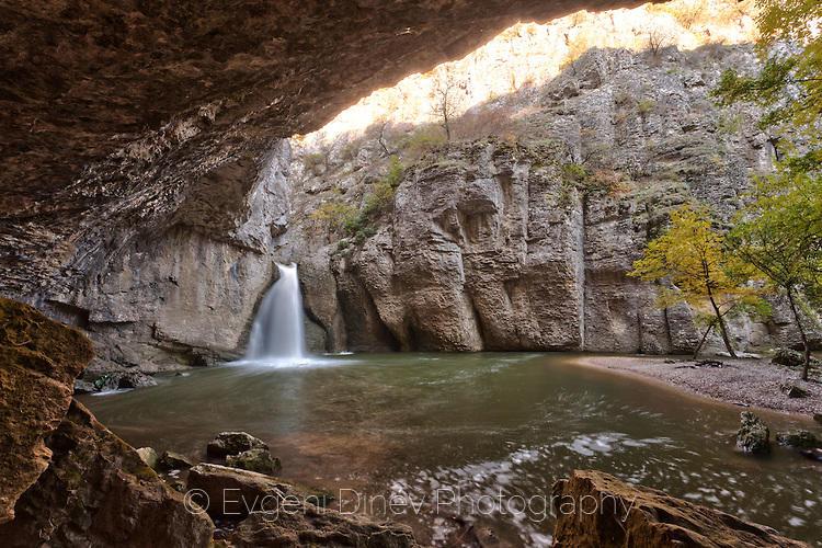 Водопад Момин Скок през есента