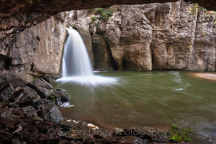 Водопад Момин Скок