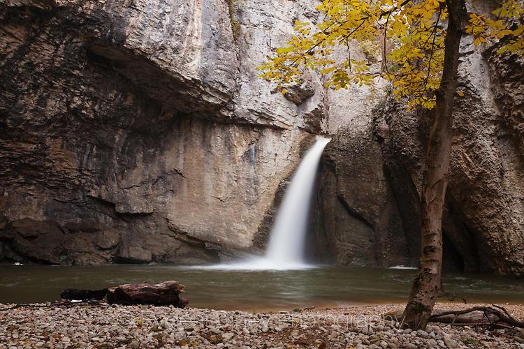 Водопад Момин Скок есента
