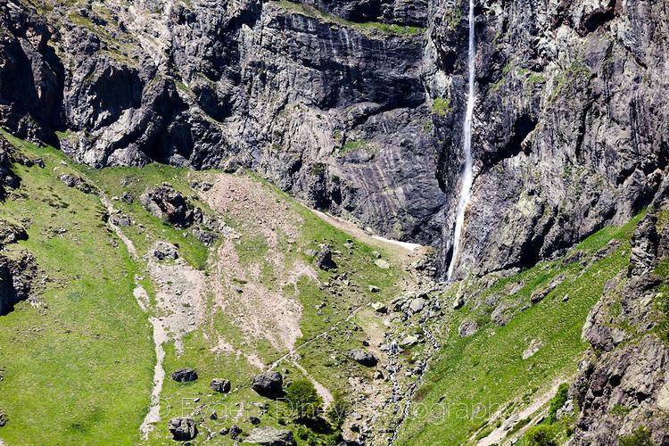 Група туристи се изкачват под Райското пръскало