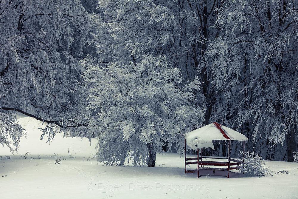 Беседка в снежна гора