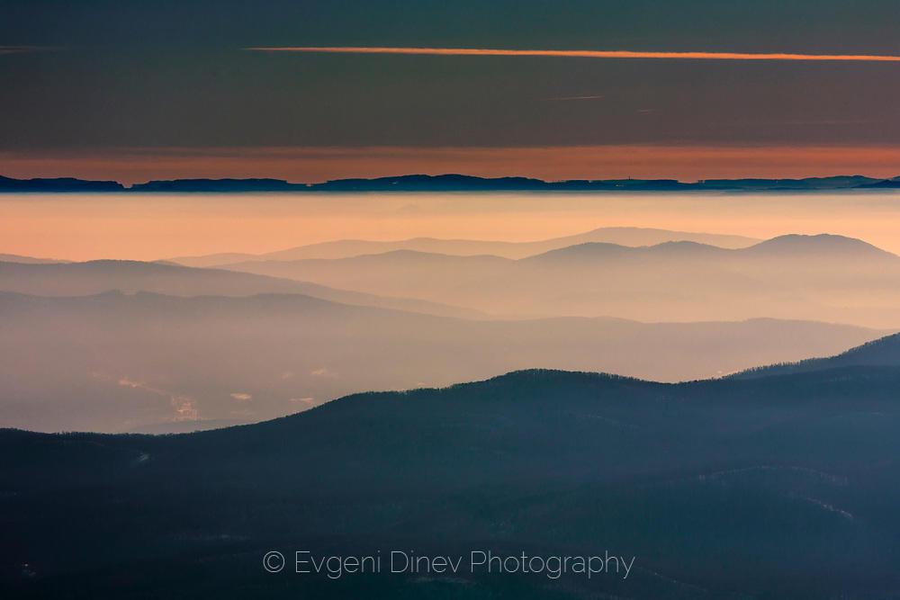 Планини потопени в мъгла