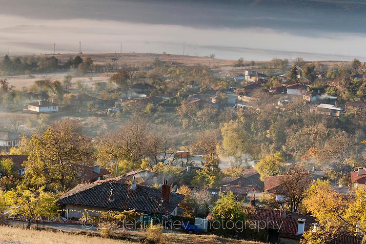 Красиво есенно утро в Жеравна с мъгла в ниското