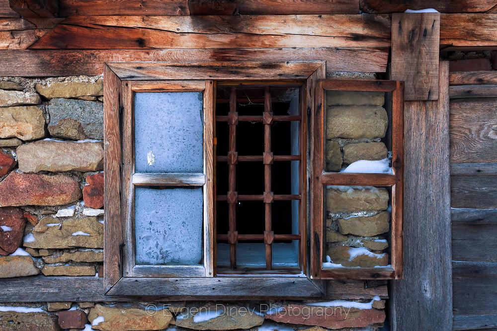 Прозорец на стара къща в Жеравна